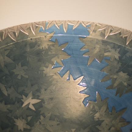 Arita and Karatsu Ware - Imaizumi Masato - Porcelain bowl with maple leaf motif in black, blue, and silver